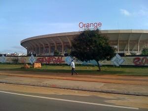 Stade Léopold Sédar Sengho depuis un taxi, Crédit photo: Wikimedia Commons.