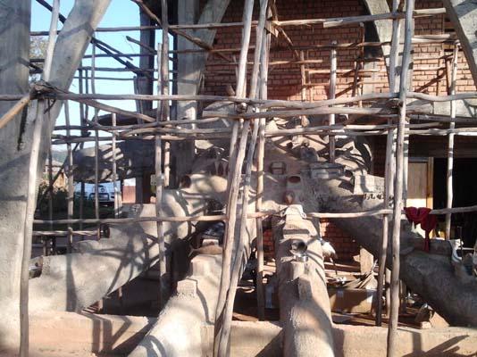 Escalier en béton en forme de main en cours de construction.  Crédit photo: Rija R.