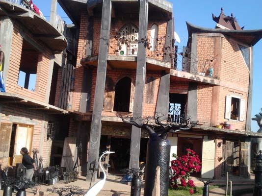 Maison principal actuellement en brique, qui était au départ en cartons et sachets. Crédit photo: Rija R.